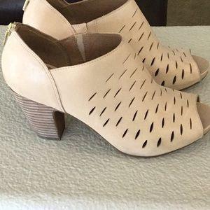 Clark's Tan Shoes size 8 M